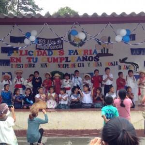 舞台の上では学年ごとに演技をします