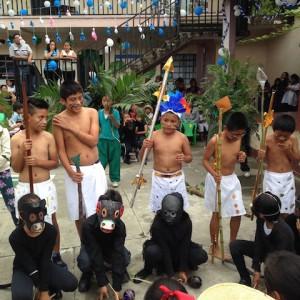 猿のお面と先住民の姿で、すてきな演技!